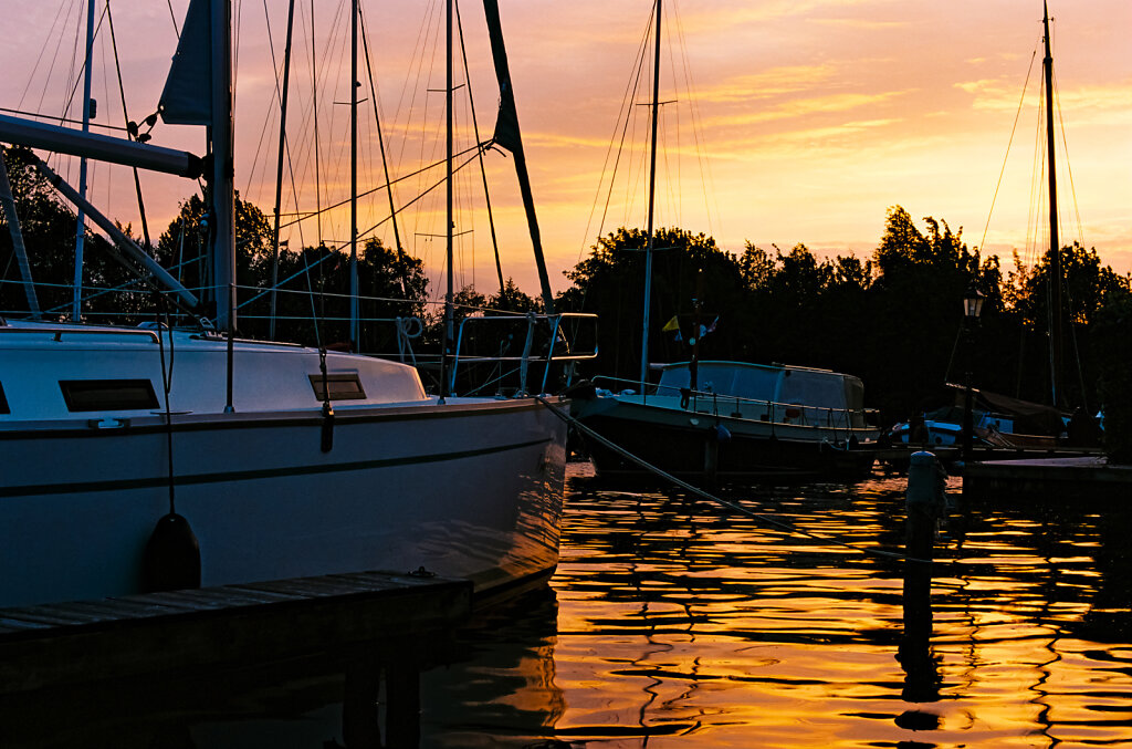 Boote bei Sonnenuntergang